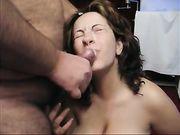 Eine große Ejakulation auf Gesicht der Frau