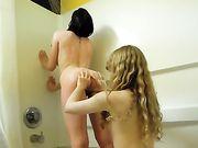 Zwei lesbische Mädchen sind nackt im Badezimmer