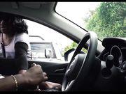 Mädchen beobachtet einen schwarzen Mann der im Auto masturbiert