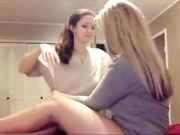 Zwei geile amateur-lesben lecken ihre fotzen vor der kamera