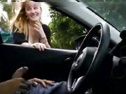 Eine blondine wird gefilmt während sie in einem auto einen schwanz auf einer versteckten kamera reibt