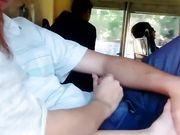 Eine junge freundin macht oralsex im öffentlichen verkehr